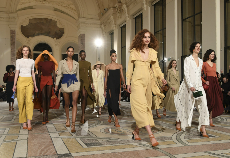 Agora, os holofotes da moda se voltam sobre Paris. Na foto, desfile do francês Jacquemus. Foto: Alain Jocard/AFP