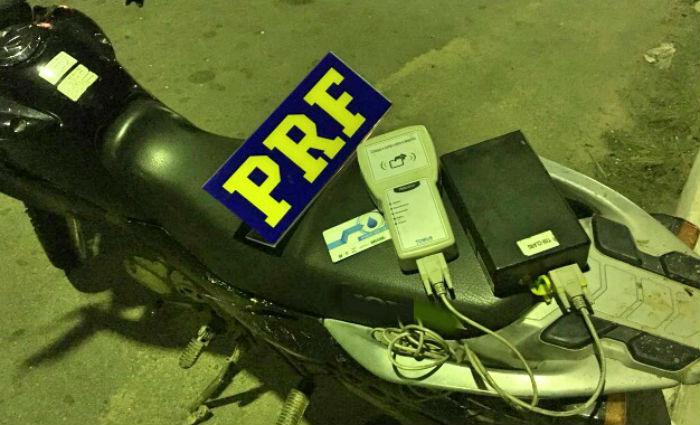 Motociclista utilizava aparelho que deveria estar instalado em veículo que transporta água. Foto: PRF/ Divulgação
