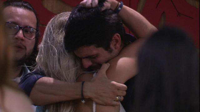 Ele foi abraçado pelos outros brothers, saindo da casa sob aplausos e lágrimas de Jéssica, Breno e Mahmoud. Foto: Globo/Reprodução