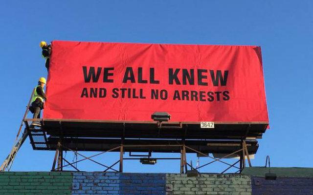"""""""Todos nós sabíamos, e mesmo assim ninguém foi preso"""", diz um dos outdoors. Foto: Sabo/Divulgação"""
