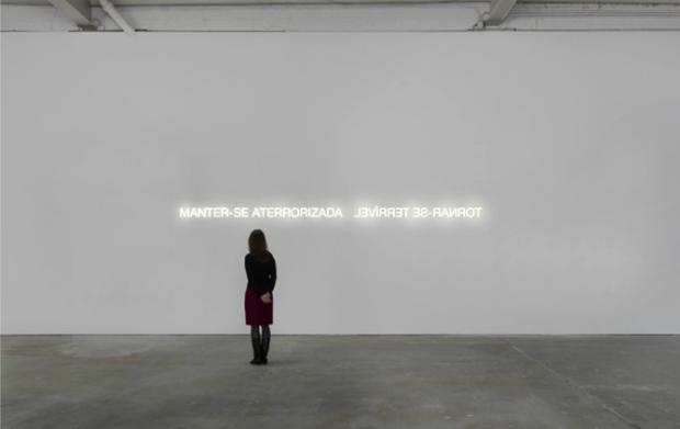 Obra 'Manter-se aterrorizada, tornar-se terrível', de Regina Parra. Crédito: Amparo 60/Divulgação