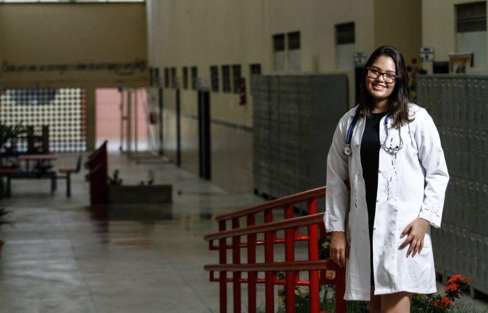 A estudante Acsa Mendes foi a primeira pessoa da família a ingressar em uma universidade pública. Foto: Rafael Martins/Estúdio DP