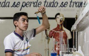 Breno tenta aproveitar todos os espaços e atividades oferecidas pela EREM em que estuda. Foto: Rafael Martins/Estúdio DP