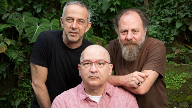 João Barone (bateria e vocais), Herbert Vianna (voz e guitarra) e Bi Ribeiro (baixo) se apresentam no Teatro Guararapes. Foto: Mauricio Valladares/Divulgação