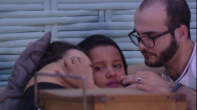 Gleici chora ao lado de Mahmoud e Paula na varanda da casa. Foto: TV Globo/Reprodução