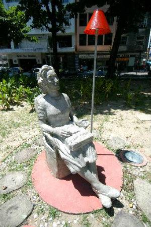 Estátua de Clarice Lispector, do artista Demétrio Albuquerque, fica na Praça Maciel Pinheiro, no Recife, em frente à casa onde ela morou. Foto: Jaqueline Maia/DP