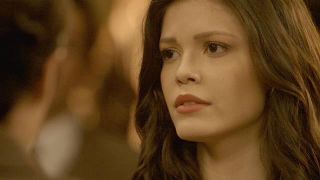 Henrique avisa a Elizabeth sobre o procedimento cirúrgico de Adriana, e Clara apoia a mãe. Foto: Globo/Reprodução