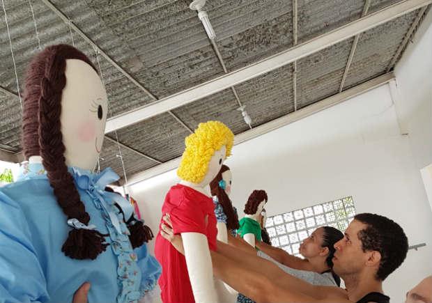 Bonecas de pano estão entre os objetos a serem manipulados pelos bailarinos. Crédito: Murilo Malta/Divulgação