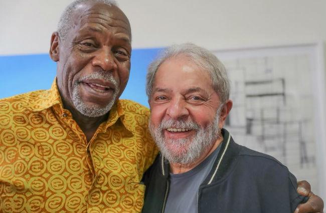 Danny Glover abraça Lula em São Paulo: solidariedade. Foto: Instagram/Reprodução