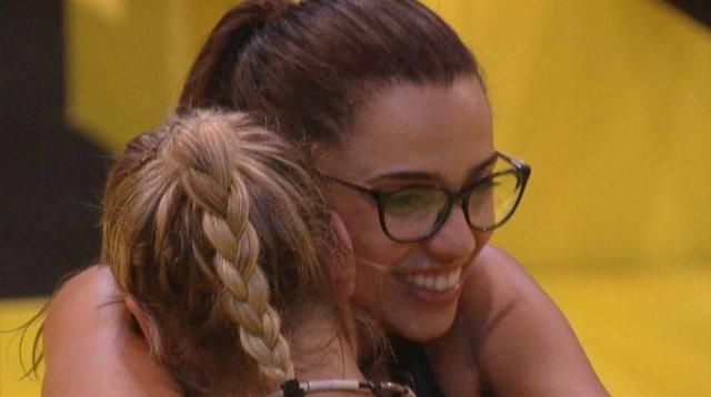 Paula e Jéssica comemoram vitória na prova de liderança. Foto: TV Globo/Reprodução