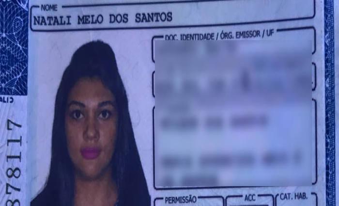 Ao redor do seu corpo, havia muito sangue e a faca usada no crime. Foto: Divulgação/Polícia Militar