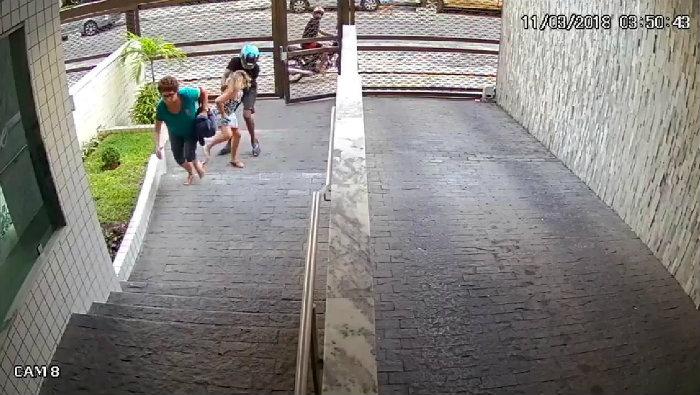 Os dois homens em uma moto assaltaram as mulheres e fugiram. Foto: WhatsApp/Reprodução
