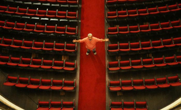 Iluminador do Teatro Santa Isabel há 36 anos, Luiz Antônio Morais,  58, descobriu um outro universo cultural  e expandiu seus gostos pela dança e a música clássica. Foto: Gabriel Melo/Esp DP (Foto: Gabriel Melo/Esp DP)