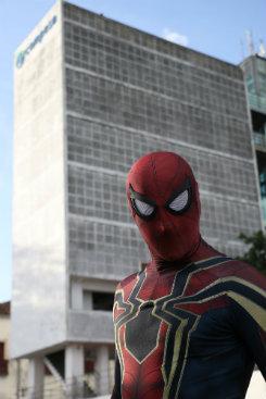 Homem-aranha escala prédio da caixa d%u2019água. Foto: Gabriel Melo/Esp DP  (Foto: Gabriel Melo/Esp DP )