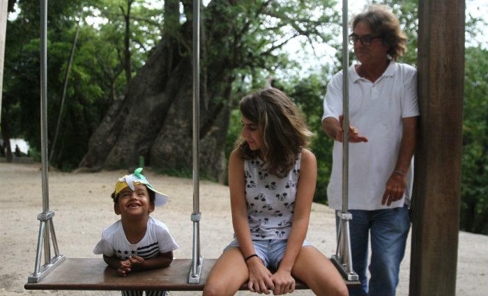 André Monteiro vai com os filhos ao Jardim do Baobá, novo espaço de convivência . Foto: Julio Jacobina/DP  (Foto: Julio Jacobina/DP )