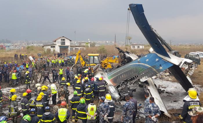 Os serviços de emergência do Nepal recuperaram corpos nos destroços do avião. Foto: PRAKASH MATHEMA / AFP