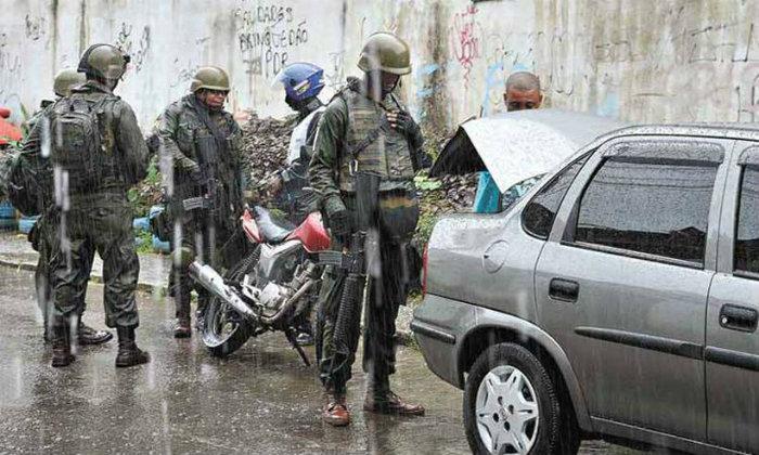 Militares fazem operações na Vila Kennedy desde fevereiro. Foto: Tania Rego/Agência Brasil (Foto: Tania Rego/Agência Brasil)