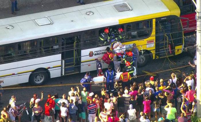 O motorista, que precisou ser retirado pela janela de emergência do ônibus, teve ferimentos nas pernas. Foto: Reprodução/TV Globo (Foto: Reprodução/TV Globo)