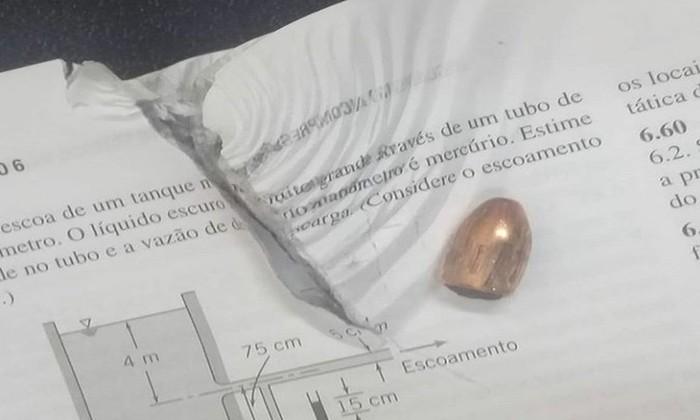 Bala parou em livro acadêmico de aluno que estava em local de chacina em Fortaleza - Foto: Arquivo pessoal