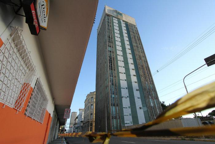 O reboco do prédio que abriga o Porto Digital desde 2000 caiu no domingo. O quarteirão na Rua Madre de Deus foi interditado.  Foto: Paulo Paiva/DP