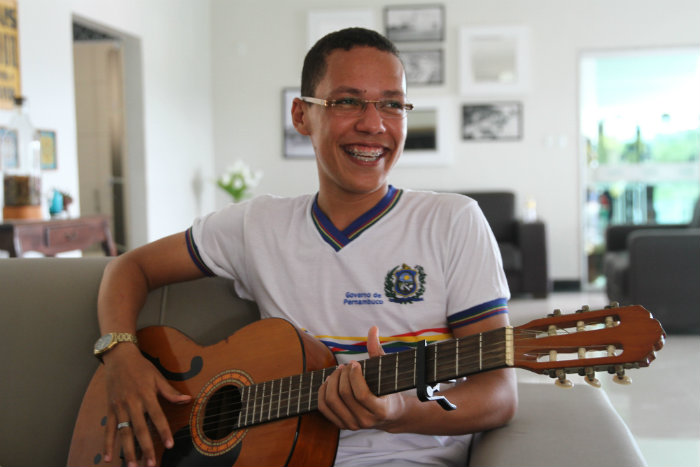 Com sua música, Rafael convida as pessoas a falarem sobre o Brasil que desejam e pede uma avaliação crítica dos candidatos. Foto: Julio Jacobina/DP