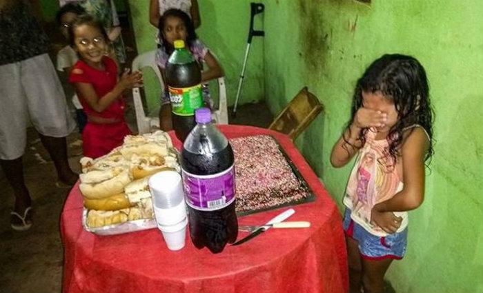 Quando percebeu que seu desejo foi atendido, na hora da festa, Rinah se emocionou. Foto: Reprodução/Facebook (Foto: Reprodução/Facebook)
