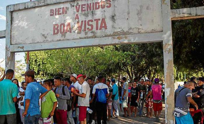 Refugiados venezuelanos na entrada da capital de Roraima, onde a maioria dos estrangeiros de instala, segundo as autoridades locais. Foto: Mauro Pimentel/AFP (Foto: Mauro Pimentel/AFP)
