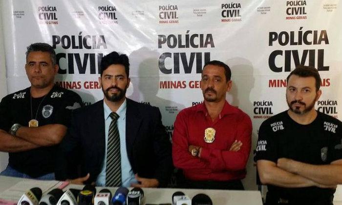 Delegado Christiano Xavier (de terno) conduz as investigações que ainda não foram finalizadas. Foto: Paulo Filgueiras/ EM (Foto: Paulo Filgueiras/ EM)