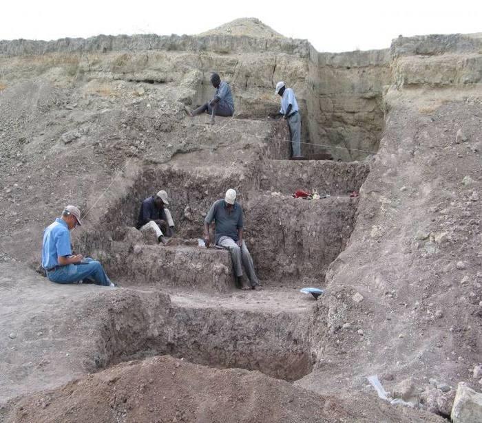 Pesquisadores detectaram, na Bacia Olorgesailie, sinais de atividades ocorridas há 320 mil anos, como a criação e a troca de ferramentas (Foto: Instituto Smithsonian/Divulgação)