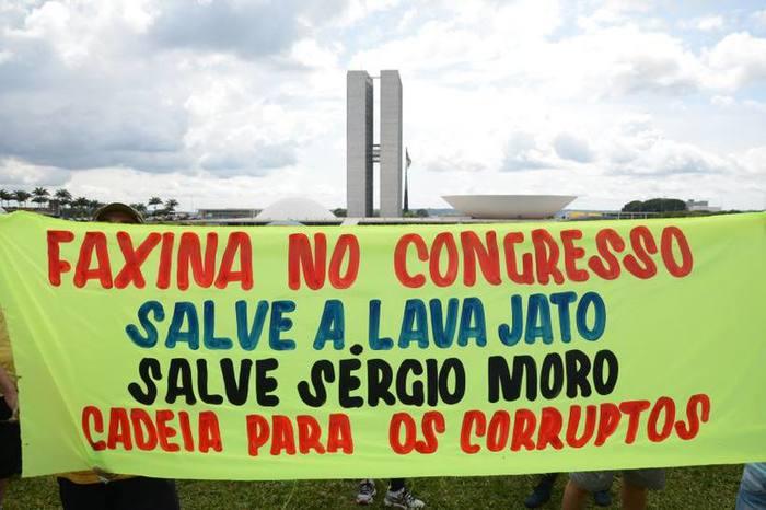 Protestos se espalharam pelo país em defesa da Operação Lava-Jato, que aumentou o repúdio à classe política. Foto: Andre Violatti/Esp. CB/D.A Press