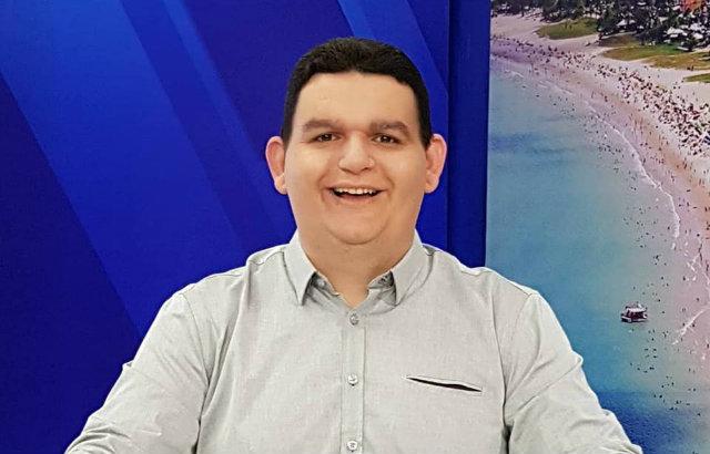 Fabiano Gomes comanda o programa Tribuna Livre, na TV Arapuan (PB). Foto: Facebook/Reprodução