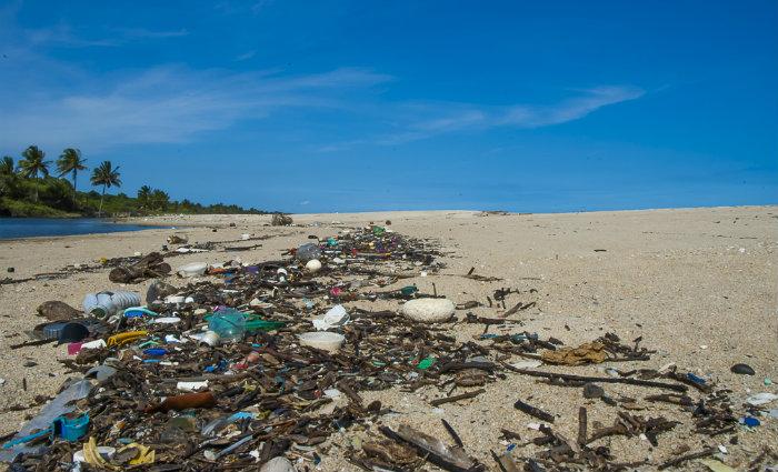 Cerca de 15% do resíduo sólido gerado no Brasil tem essa origem do material plástico. Foto: Global Garbage Brasil (Foto: Global Garbage Brasil)
