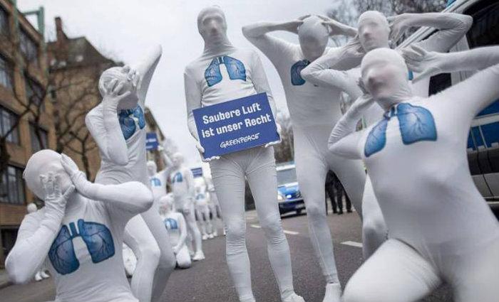 Protesto contra emissão de poluentes: Ásia e África mais beneficiadas. Foto: AFP/Sebastian Gollnow (Foto: AFP/Sebastian Gollnow)