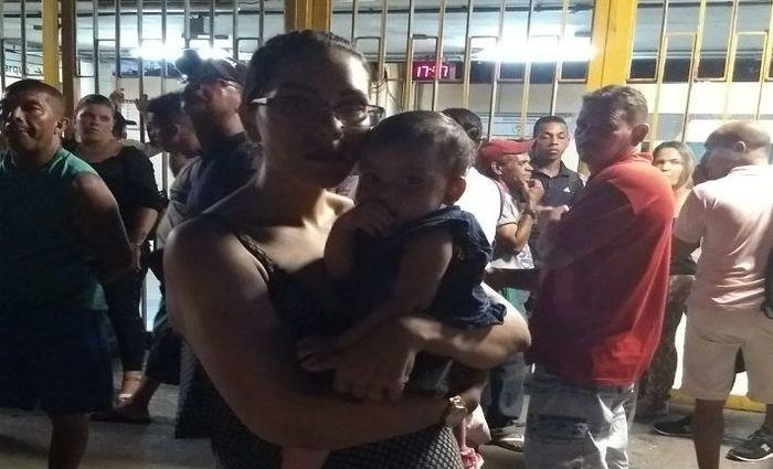 Priscila Franklin, 26 anos, saiu de meio dia para levar o bebê ao pediatra no centro da cidade.  Foto: Rosália Vasconcelos/DP