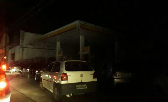 Diante do trânsito congestionado, motoristas estacionam próximo à prefeitura. Foto: Aline Ramos/DP