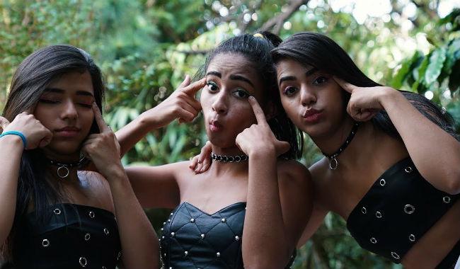 MC Loma e as Gêmeas Lacração: olhos 'esticados' e polêmica. Foto: YouTube/Reprodução