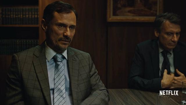 Enrique Diaz incorpora o doleiro na série. Foto: Netflix/Divulgação