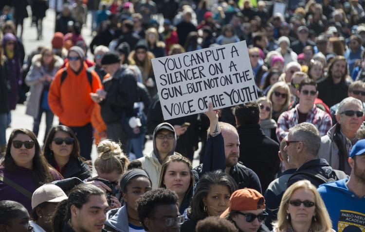 Jovens se mobilizam em diversas partes dos Estados Unidos contra as armas. Foto: Andrew Caballero-Reynolds / AFP