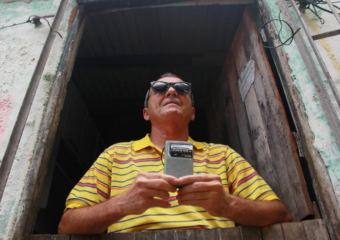 Diariamente, Antônio escuta e pede músicas nas duas rádios AM e FM. Foto: Thalyta Tavares/Esp.DP