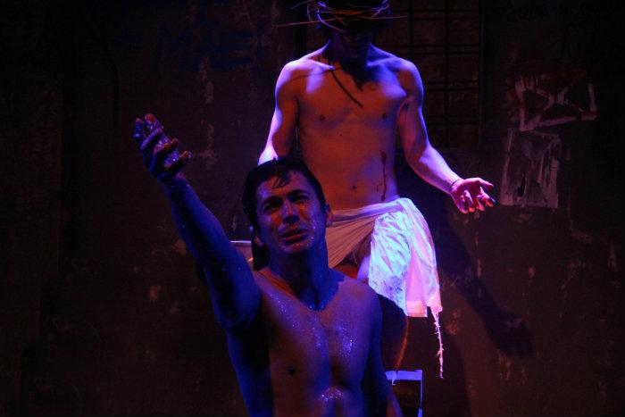 Os atores retratam em monólogos a vida dos detentos antes do massacre. Fotos: Wilson Lima/Divulgação