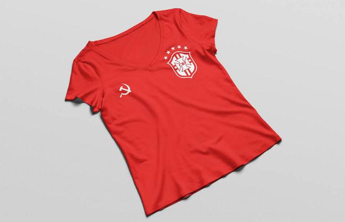 O modelo da camisa da seleção brasileira na cor vermelha tem o símbolo da foice e martelo no lugar do patrocínio da Nike e dá a opção de personalização  Foto: Luísa dos Anjos / Facebook