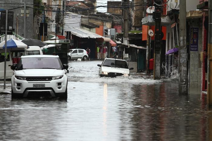 Em cinco dias, o Recife recebeu 322 mm de chuvas, o volume previsto para quase todo o mês de abril.Foto: Peu Ricardo/DP