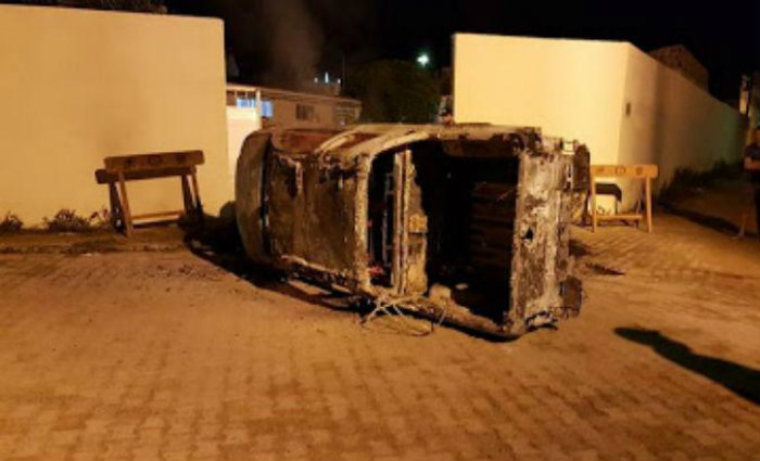 Veículo incendiado e colocado pelos bandidos na porta do batalhão da PM para impedir a saída dos policiais para impedir o assalto. Foto: Whatsapp/Divulgação