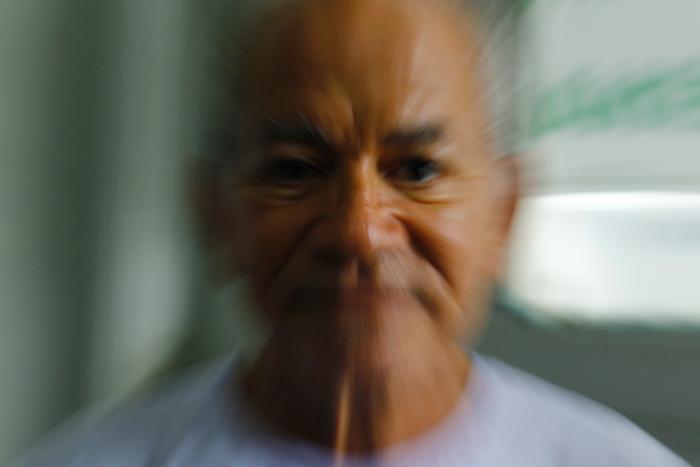 O aposentado José Bezerra, 69, substituiu o remédio por outro após prescrição médica. Foto: Marlon Diego/Esp.DP