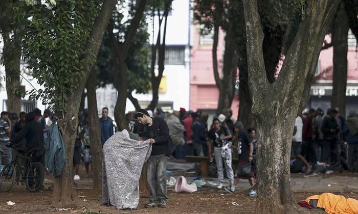 """Pessoas reunidas na praça Princesa Isabel, uma das praças localizadas no bairro conhecido como """"Cracolândia"""" em São Paulo. Foto: MIGUEL SCHINCARIOL"""