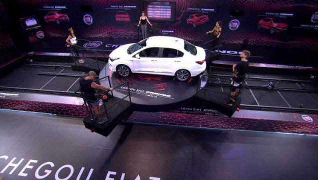 Na prova Giro Maluco, cada brother deve ficar em pé na plataforma em volta de um carro. Foto: Globo/Reprodução