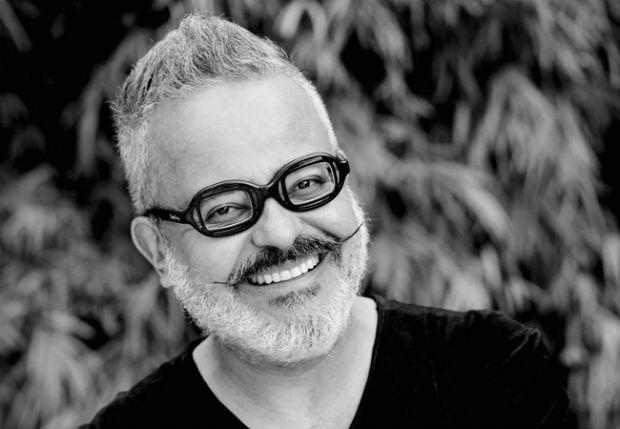 Ronaldo Fraga é conhecido por sempre surpreender com suas criações inovadoras e que trazem mensagens políticas e reflexivas. Foto: Reprodução internet