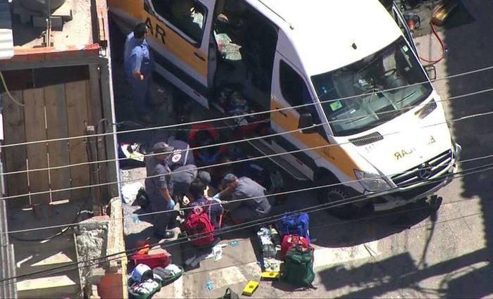 Paramédicos fazem massagem cardíaca em vítima de acidente em Carapicuíba. Foto: Reprodução/TV Globo