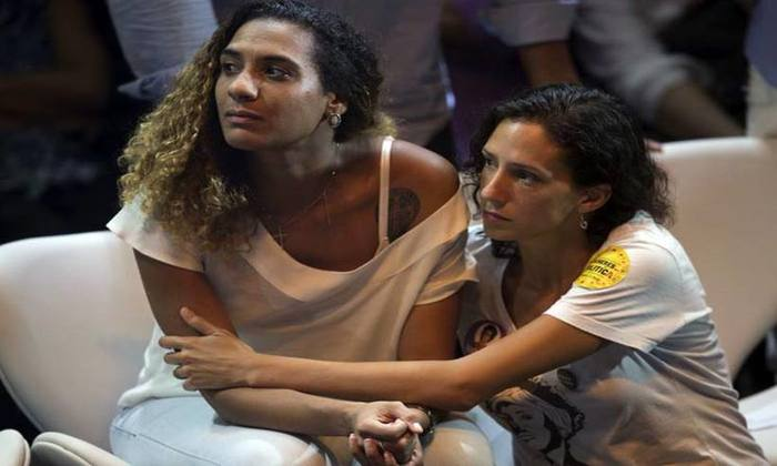 A viúva da falecida ativista Marielle Franco, Monica Tereza Benicio, à direita, e Anielle Silva, à esquerda, irmã de Marielle. Foto: AFP PHOTO / Mauro Pimentel