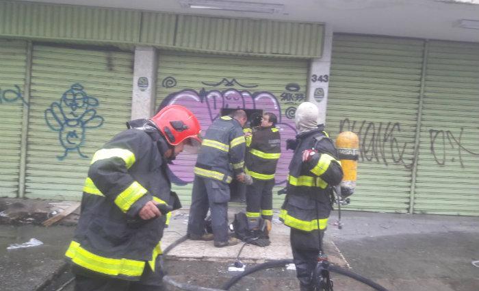 Bombeiros trabalham para tentar apagar fogo de galpão. Foto: BMPE/Divulgação